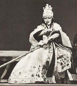 Martha Mödl als Klytämnestra in der legendären Elektra-Berghaus-Inszenierung Berlin/Ost 1967 (Foto OBA/Schöne).