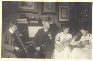 Ernst von Schuch mit seinen Kindern Hans, Käte und Liesel bei Musizieren, Privatbesitz, Saarbrücken /Stadtmuseum Dresden