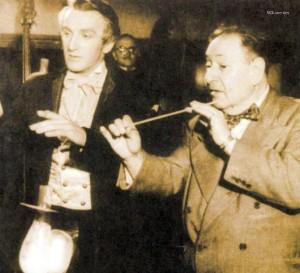 Erich Wolfgang Korngold gibt dem Wagner-Darsteller Alan Badel Dirigierunterricht.