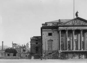 Nordfassade und östliches Bühnenhaus der Berliner Staatsoper, Fotografie 1949 (Foto: Tiedemann/ Landesdenkmalamt Berlin, Fotoarchiv)