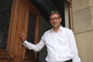 Internationale Bachakadiemie: Hans-Christoph Rademann an der Tür zur Bachakademie/Foto Hanns-Horst Bauer