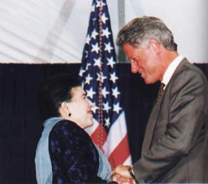 Licia Albanese wird 1995 von Präsident Clinton die Medal of Artistic Award der USA überreicht/Bridge Puglia UA