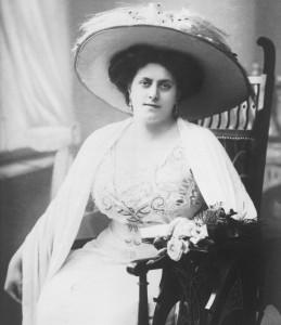 Sehr historisch in der äußeren Erscheinung: Margarethe Siems als Traviata