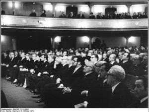 Trauerfeier für Walter Felsenstein 1975/ Foto Reiche/ Bundesarchiv/ Wikipedia