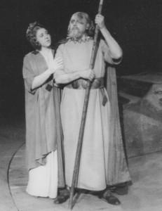 """Ein Bild auf den Anfängerzeit  1953 in Schwerin: Hanne-Lore Kurse als Frick im """"Rheingold"""". Wotan ist Heinrich Geduldig. Foto: OBA"""
