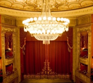 Das Haus am Gärtnerplatz ist ein klassisches Rangtheater mit Balkon und drei Rängen. Foto im Ausschnitt © Ida Zenna