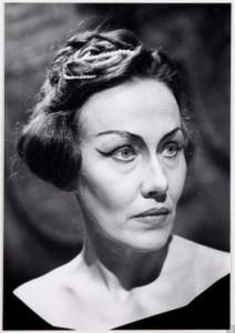 """Afje Heynis in einer ihrer wenigen Bühnen rollen als Cornelia in Händels """"Giulio Cesare""""/ theaterencyclopedie.nl"""