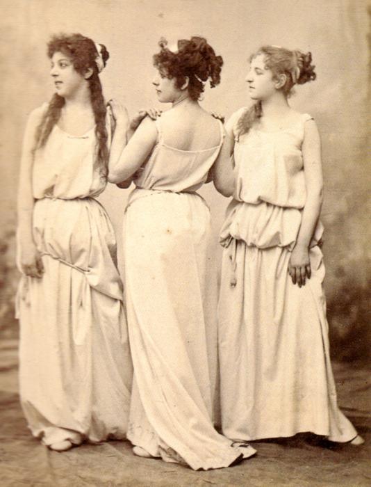 Band I, Abb.135: Drei Grazien, wie sie im Venusberg des Tannhäuser 1891 aufgetreten sind. Foto: Nationalarchiv der Richard-Wagner-Stiftung Bayreuth