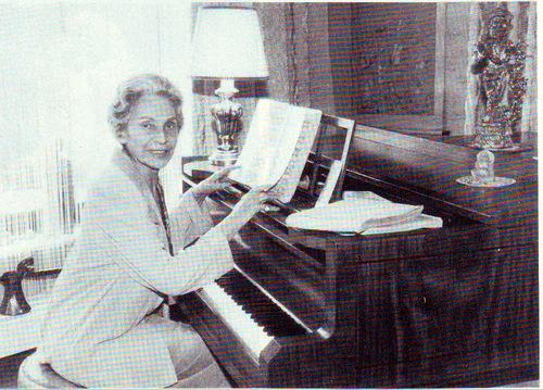 Hanna Ludwig: am Klavier in der Hegigasse 7/ Sammlung Ludwig