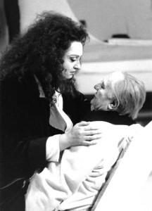 Françoise Pollet (Ariane) face à Gabriel Bacquier (Barbe-Bleue) dans Ariane et Barbe-Bleue de Paul Dukas au Théâtre du Châtelet en 1991. © Marie-Noëlle Robert/ tutti-magazine.fr/ Pollet