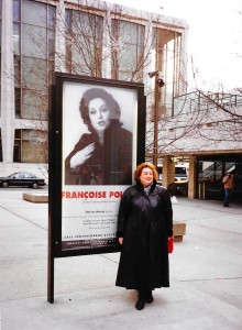 Francoise Pollet in New York 1994 vor ihrem Poster an der Met/ Pollet
