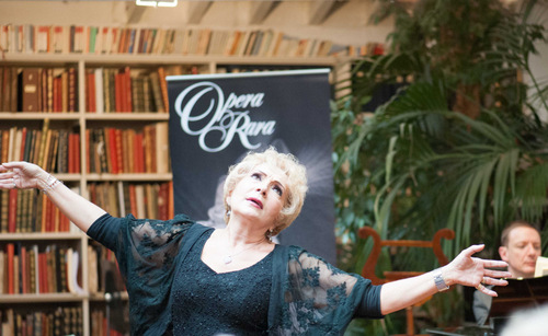 "Nelly Miricioiu: ""Library talk"" bei Opera Rara, London/ Foto Duncan Russell/ Dank an Opera Rara"